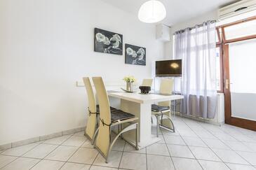 Stanići, Jadalnia w zakwaterowaniu typu apartment, dostupna klima i WIFI.