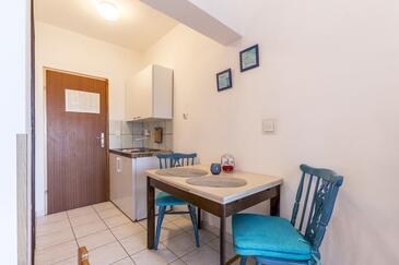 Stanići, Jadalnia w zakwaterowaniu typu studio-apartment, dostupna klima i WIFI.