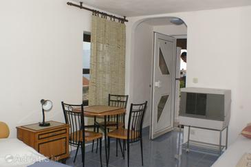 Splitska, Dining room in the studio-apartment.