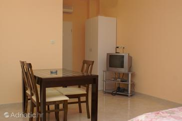 Trogir, Dining room in the studio-apartment, WIFI.