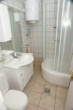 Seget Vranjica, Bathroom in the studio-apartment, WIFI.