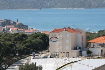 Seget Vranjica, Trogir, Hébergement 3079 - Appartements et chambres avec une plage de galets.