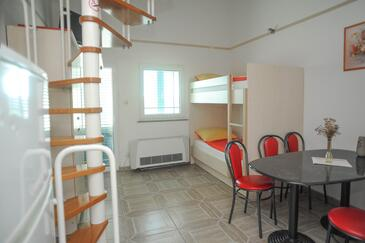 Caska, Salle à manger dans l'hébergement en type apartment, climatisation disponible et WiFi.