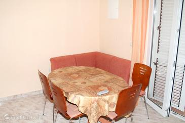 Stara Novalja, Dining room in the apartment, air condition available and WiFi.