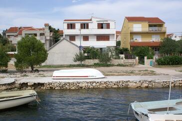 Brodarica, Šibenik, Obiekt 3092 - Apartamenty przy morzu ze żwirową plażą.