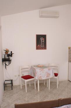 Bilo, Jadalnia w zakwaterowaniu typu studio-apartment.