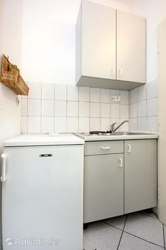 Pag, Kuchyně v ubytování typu studio-apartment, domácí mazlíčci povoleni a WiFi.