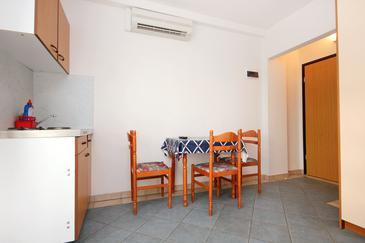 Pag, Jídelna v ubytování typu studio-apartment, s klimatizací, domácí mazlíčci povoleni a WiFi.