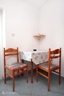 Pag, Jídelna v ubytování typu studio-apartment, domácí mazlíčci povoleni a WiFi.