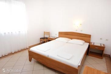 Pag, Ložnice v ubytování typu room, s klimatizací, domácí mazlíčci povoleni a WiFi.