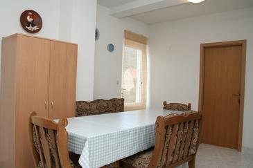 Žuljana, Dining room in the apartment, dostupna klima i WIFI.