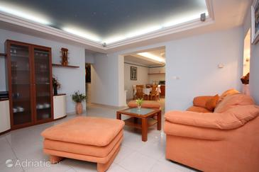 Slano, Living room in the apartment, air condition available, (pet friendly) and WiFi.