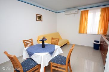 Slano, Comedor in the apartment, air condition available, (pet friendly) y WiFi.