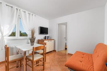 Tisno, Living room in the apartment, air condition available and (pet friendly).