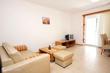 Banjol, Living room in the apartment, air condition available and WiFi.