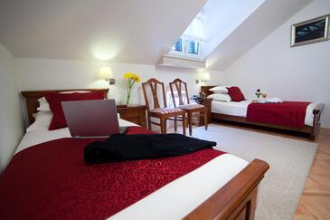 Tisno, Dormitorio in the room, air condition available y WiFi.