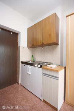 Tisno, Kitchen in the studio-apartment, dostupna klima i WIFI.
