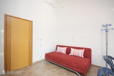 Tisno, Living room in the studio-apartment, dostupna klima i WIFI.