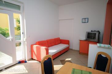 Baška, Obývacia izba v ubytovacej jednotke studio-apartment, klimatizácia k dispozícii, domáci miláčikovia povolení a WiFi.