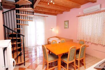 Jadranovo, Jídelna v ubytování typu apartment, s klimatizací a WiFi.