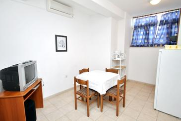Rtina - Miletići, Dining room in the apartment, dostupna klima, dopusteni kucni ljubimci i WIFI.