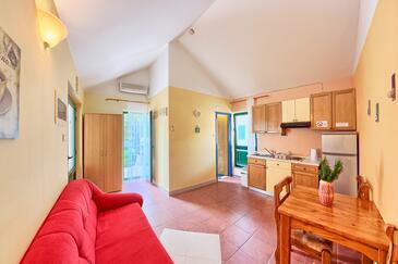 Rogoznica, Jídelna v ubytování typu apartment, s klimatizací, domácí mazlíčci povoleni a WiFi.