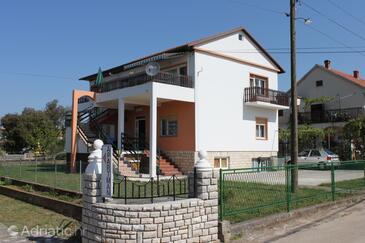 Sukošan, Zadar, Objekt 3273 - Apartmaji v bližini morja s prodnato plažo.