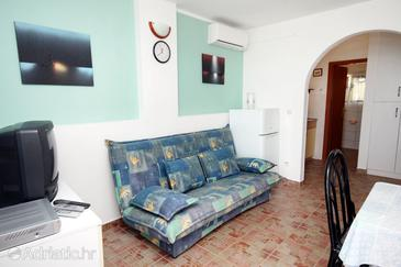 Petrčane, Living room in the apartment, air condition available, (pet friendly) and WiFi.