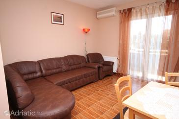 Petrčane, Living room in the studio-apartment, air condition available and WiFi.