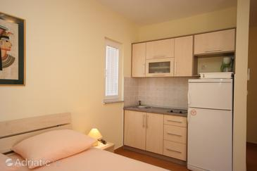 Novalja, Kitchen in the studio-apartment, (pet friendly) and WiFi.