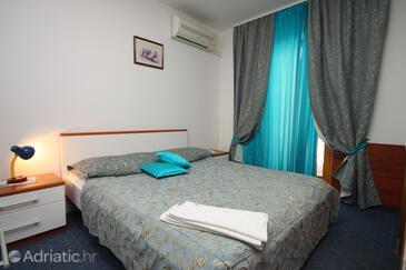 Metajna, Schlafzimmer in folgender Unterkunftsart room, Klimaanlage vorhanden, Haustiere erlaubt und WiFi.
