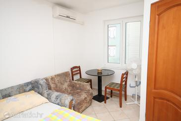 Povljana, Jídelna v ubytování typu studio-apartment, s klimatizací, domácí mazlíčci povoleni a WiFi.
