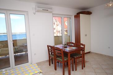 Povljana, Dining room in the studio-apartment, dostupna klima, dopusteni kucni ljubimci i WIFI.