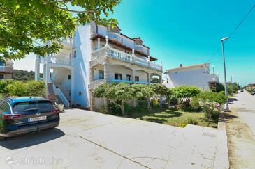 Tkon, Pašman, Объект 336 - Апартаменты и комнаты вблизи моря с песчаным пляжем.