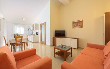 Bašanija, Obývací pokoj v ubytování typu apartment, dostupna klima i WIFI.