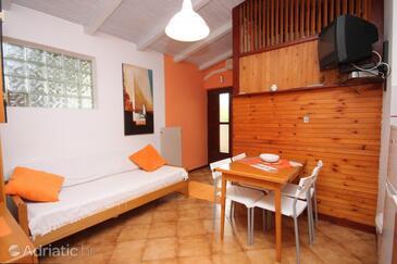 Novigrad, Dining room in the studio-apartment, dostupna klima i WIFI.