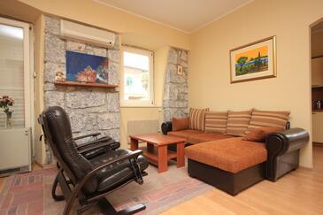 Ika, Obývacia izba v ubytovacej jednotke apartment, klimatizácia k dispozícii a WiFi.