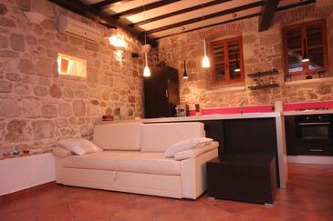 Komiža, Obývacia izba v ubytovacej jednotke house, dostupna klima, dopusteni kucni ljubimci i WIFI.