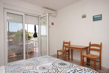 Verunić, Dining room in the studio-apartment, air condition available, (pet friendly) and WiFi.