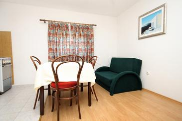 Molunat, Dining room in the apartment, dostupna klima, dopusteni kucni ljubimci i WIFI.