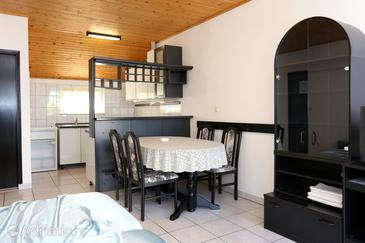 Lumbarda, Dining room in the studio-apartment, dopusteni kucni ljubimci i WIFI.
