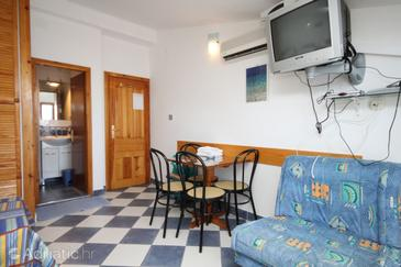 Sućuraj, Dining room in the studio-apartment, air condition available, (pet friendly) and WiFi.