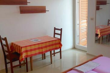 Valun, Dining room in the studio-apartment, air condition available and WiFi.