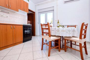 Jelsa, Jedáleň v ubytovacej jednotke apartment, klimatizácia k dispozícii a WiFi.
