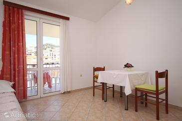 Hvar, Comedor in the studio-apartment, air condition available y WiFi.