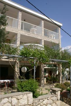 Jakišnica, Pag, Obiekt 4076 - Pokoje przy morzu ze żwirową plażą.