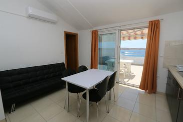 Kustići, Dining room in the apartment, air condition available and WiFi.
