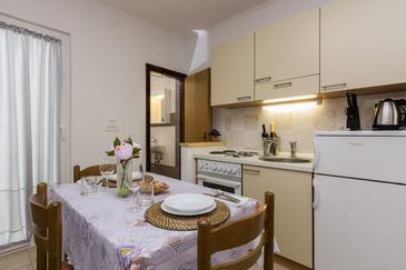 Novalja, Dining room in the studio-apartment, dostupna klima, dopusteni kucni ljubimci i WIFI.