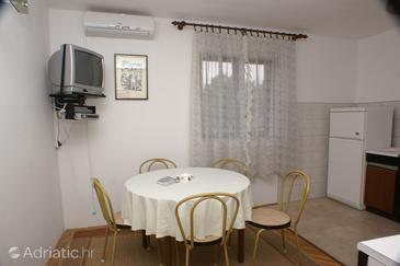 Jakišnica, Jídelna v ubytování typu apartment, s klimatizací, domácí mazlíčci povoleni a WiFi.