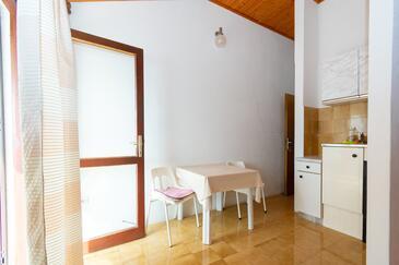 Mandre, Jedáleň v ubytovacej jednotke studio-apartment, domáci miláčikovia povolení a WiFi.